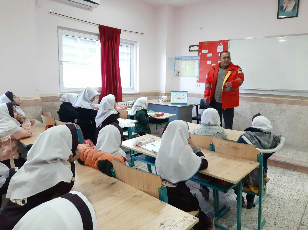 آموزش نکات وقوع زلزله به دانش آموزان دبستان برکت و اهدای هدایا به دانش آموزان توسط آتش نشانان شهرداری